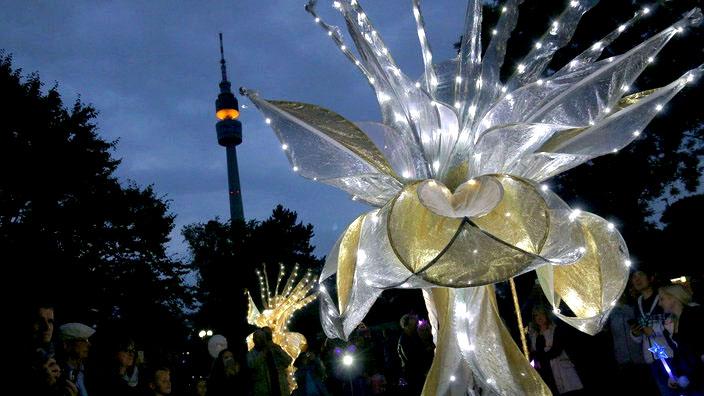 gold und silber, lichtzauber, sternenzauber, gold silber, zeus ,stelzentheater ,leuchtstelzen