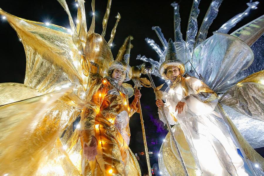 gold und silber, lichtzauber, sternenzauber, gold, silber, zeus stelzentheater, leuchtstelzen