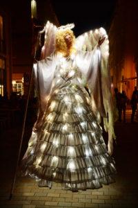 Lichtshow - Christkind - Weihnachten - Engel auf Stelzen